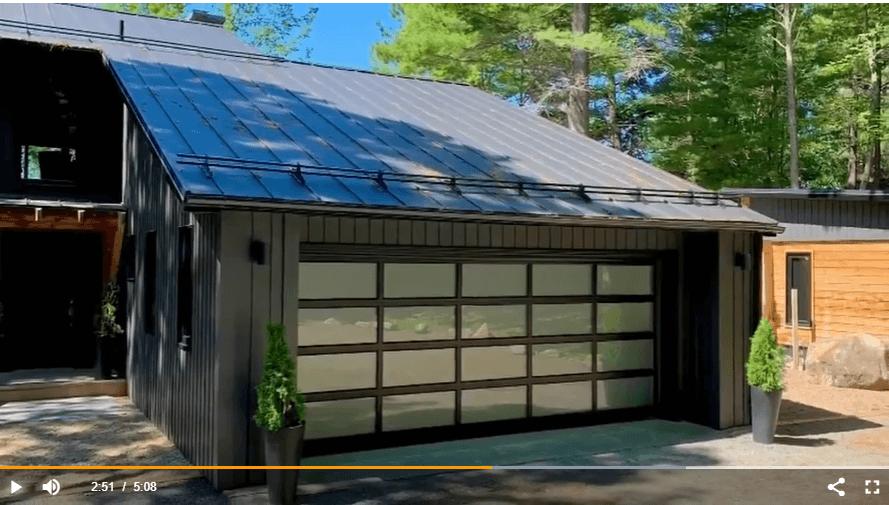 La porte de garage California, structure Noir et fenêtres en verre Sablé