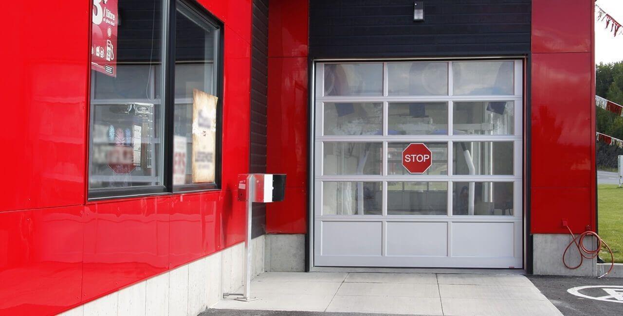 Modèle de porte commerciale: Porte G-4400, 10' x 10', Profilé Anodisé clair laminé à un contre-plaqué