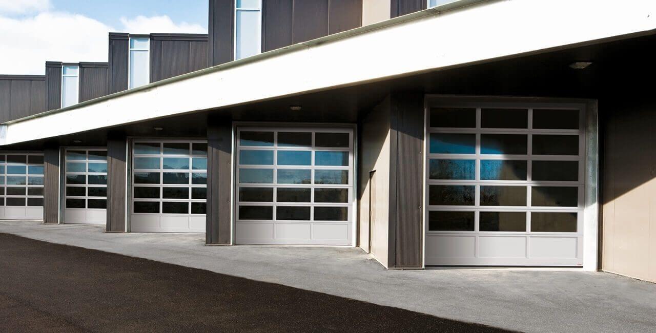 Modèle de portes commerciales: G-4400, 10' x 12', Profilé Anodisé clair laminé à un contre-plaqué