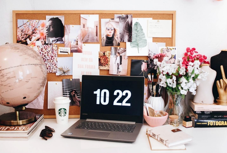 Photo inspirante d'un espace de travail plutôt féminin, beau babillard, plein de photos et fleurs.