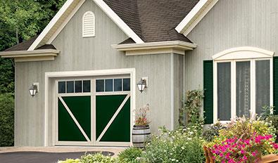 Portes de garage de style champêtre - Eastman E-23, 10' x 7', porte Vert conifère et moulures Sable, fenêtres Panoramique 4 rectangles
