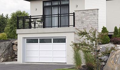 Porte de garage contemporaine près de vous - Cambridge CL, 14' x 7', porte et moulures Blanc glacier, fenêtres Panoramique Clair