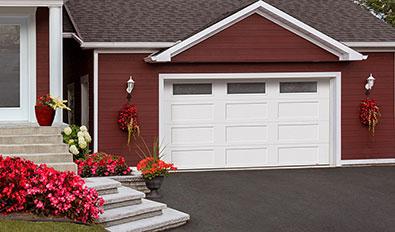 Portes de garage de style traditionnel - Standard+ Shaker-Plat XL, 14' x 7', Blanc glacier, fenêtres Sablé